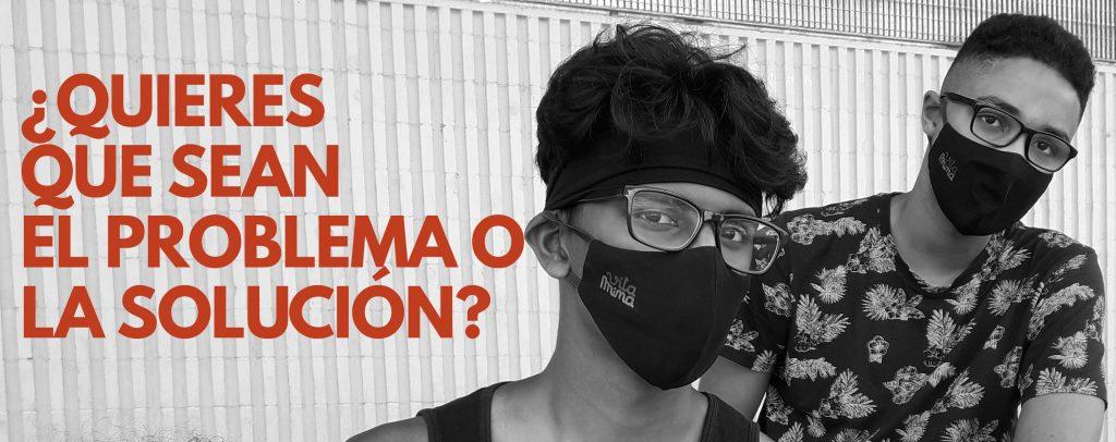 Cartel del proyecto Vitamina en el que se ven dos chicos con gafas y mascarilla, la imagen es en blanco y negro con letras naranjas