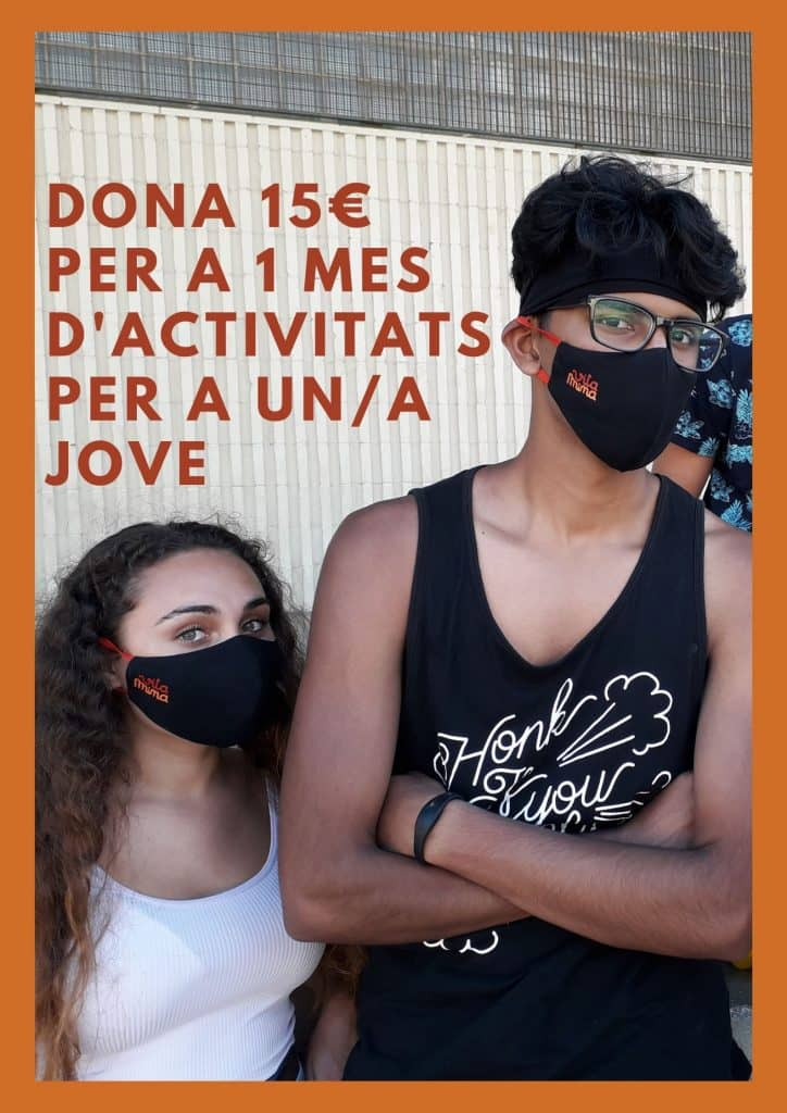 Cartell per a demanar donatius pel projecte Vitamina es veu una noia amb samarreta blanca al costat d'un noi amb els braços creuats, tots dos amb mascareta Vitamina