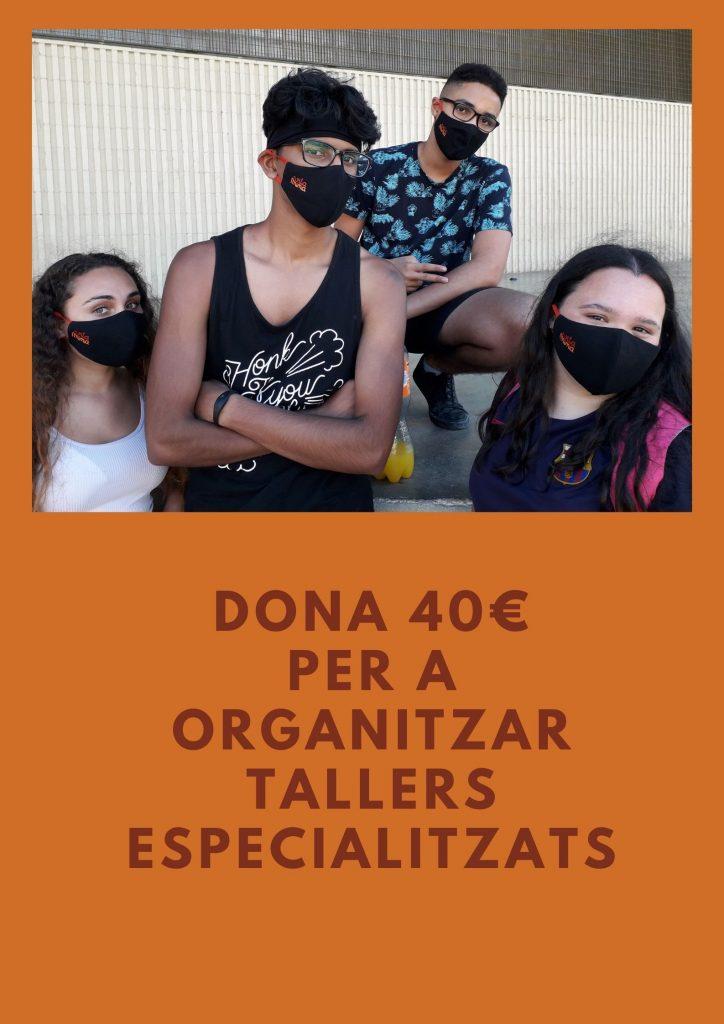 Cartell per demanar donatius pel projecte Vitamina es veu un noi ajupit i en primer pla dues noies i un noi al mig amb els braços creuats, tots dos amb mascareta Vitamina