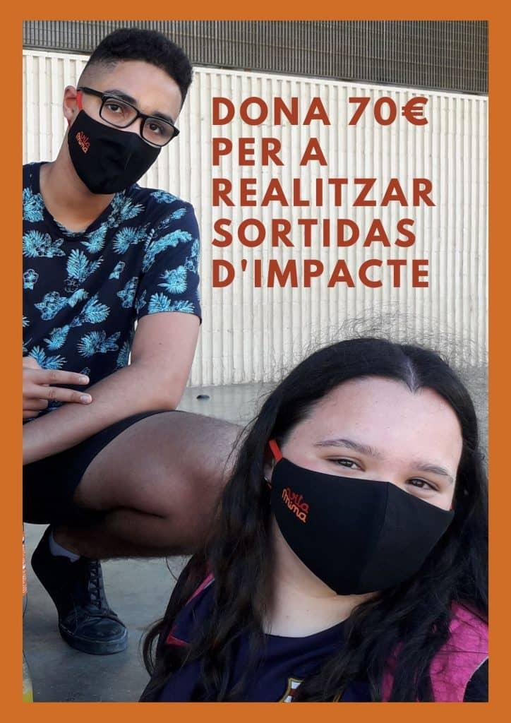 Cartell per a demanar donatius pel projecte Vitamina es veu un noi ajupit i en primer pla una noia jove, tots dos amb mascareta Vitamina