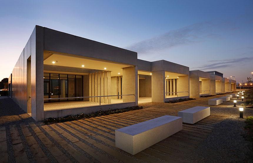 edificis del tanatori litoral il·luminats